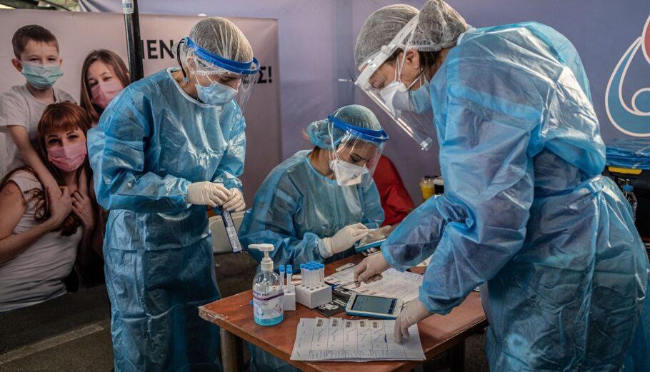 Διενέργεια rapid test από κλιμάκια του ΕΟΔΥ © SOOC