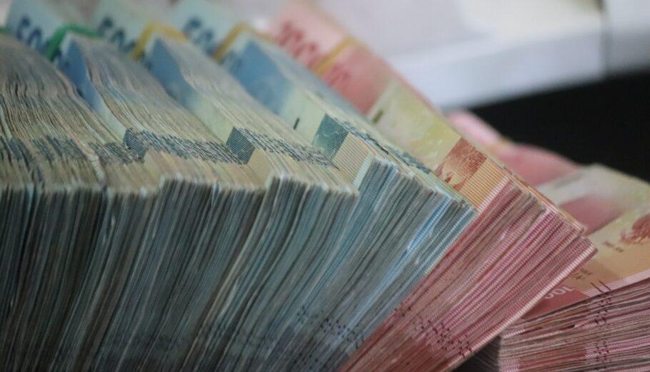 Δεσμίδες χρημάτων ©Unsplash