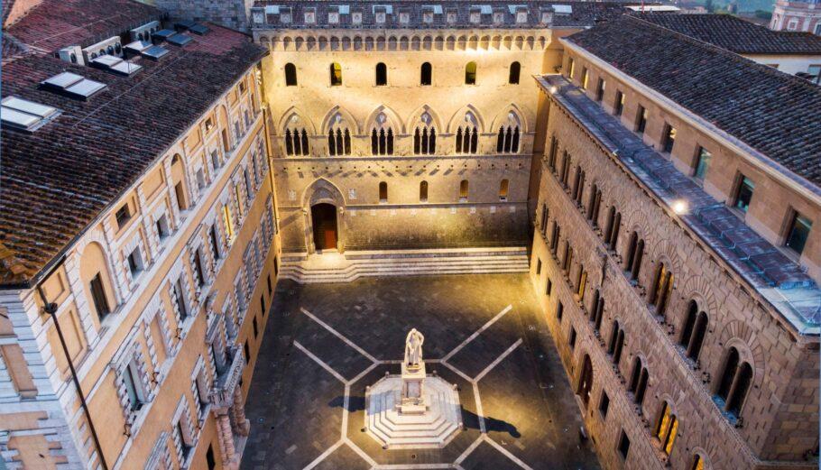 Το εντυπωσιακό κτίριο της Banca Monte dei Paschi, στη Σιένα ©EPA/FABIO MUZZI